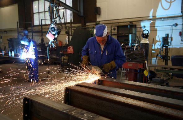I vår tillverkningshall kapar och svetsar vi samman stål till rätt längder.